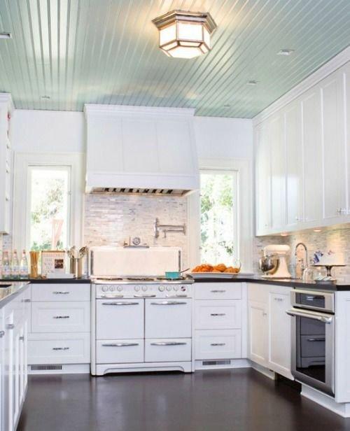 Фотография: Кухня и столовая в стиле Скандинавский, Декор интерьера, Дизайн интерьера, Цвет в интерьере, Потолок – фото на INMYROOM