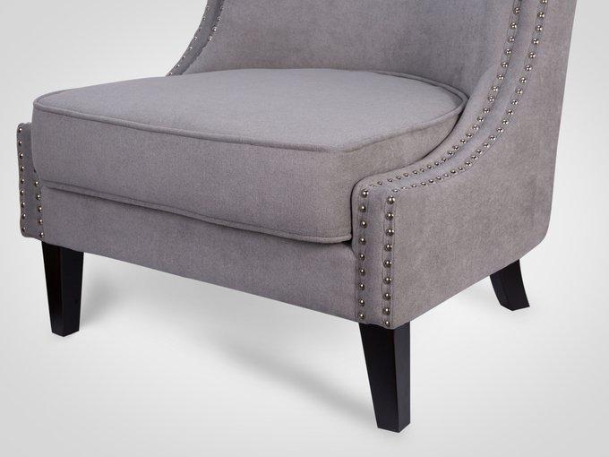 Кресло с ножками из натурального дерева