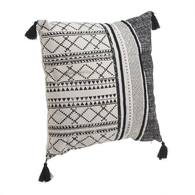 Декоративная подушка с черно-белым орнаментом