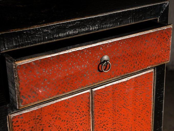 Шкаф красно-черного цвета