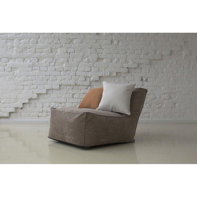 Кресло с наклонной спинкой коричневого цвета