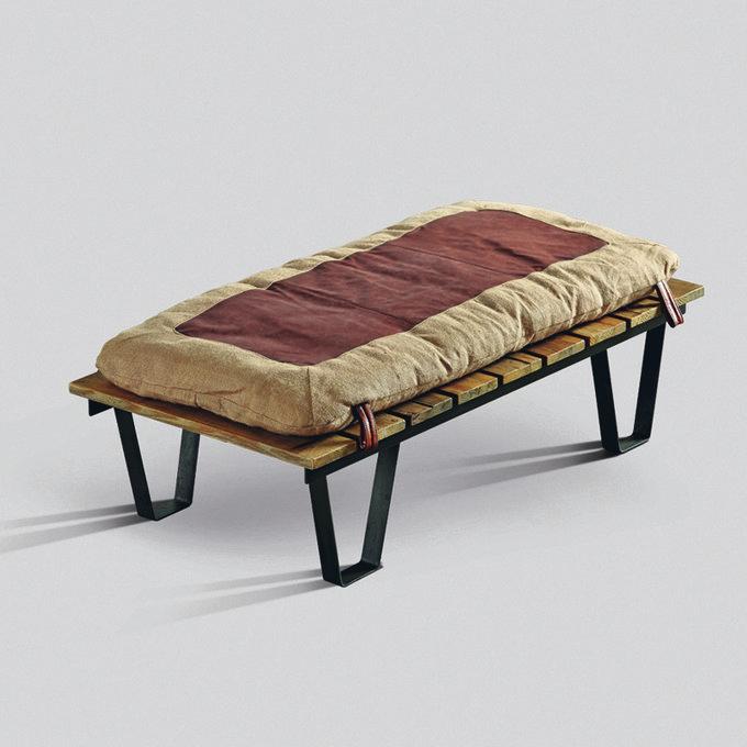 Банкетка с металлическим каркасом и мягкой подушкой