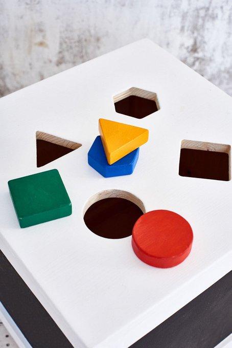 Ящик-сортер черно-белого цвета