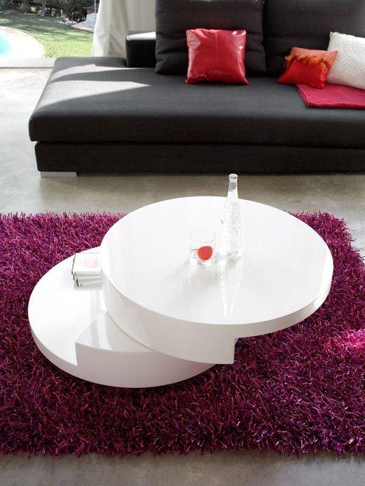 Журнальный стол круглой формы белого цвета