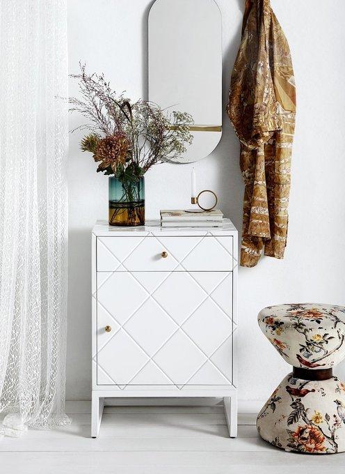 Тумбочка с ящиком и дверцей белого цвета