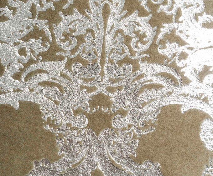 Декоративная подушка с серебистым рисунком