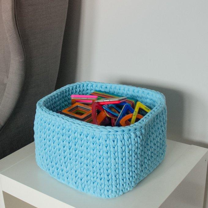 Вязаная корзина квадратная голубого цвета