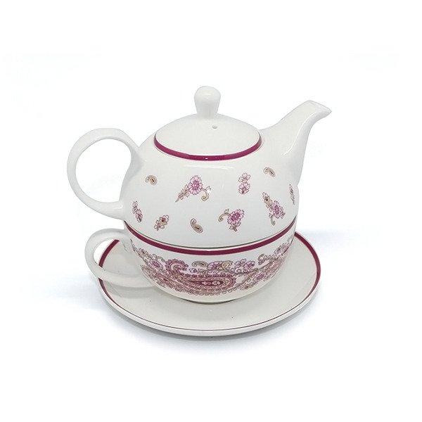 Чайник в чашке с блюдцем