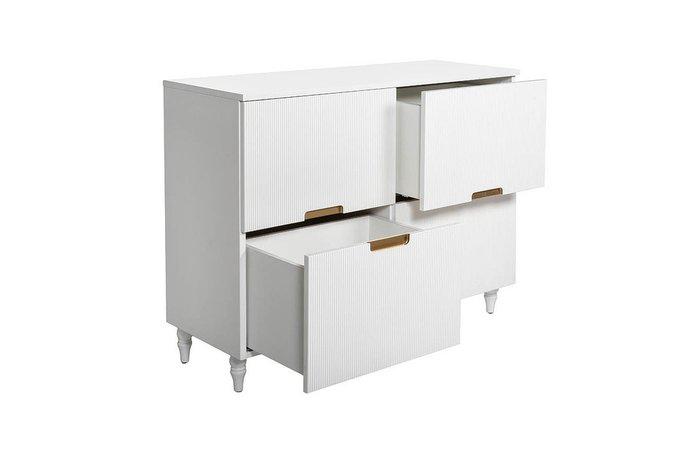 Комод белого цвета с четырьмя выдвижными ящиками