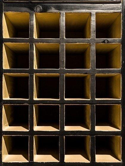 Винный шкаф Гуй-Гао-Цзя черного цвета