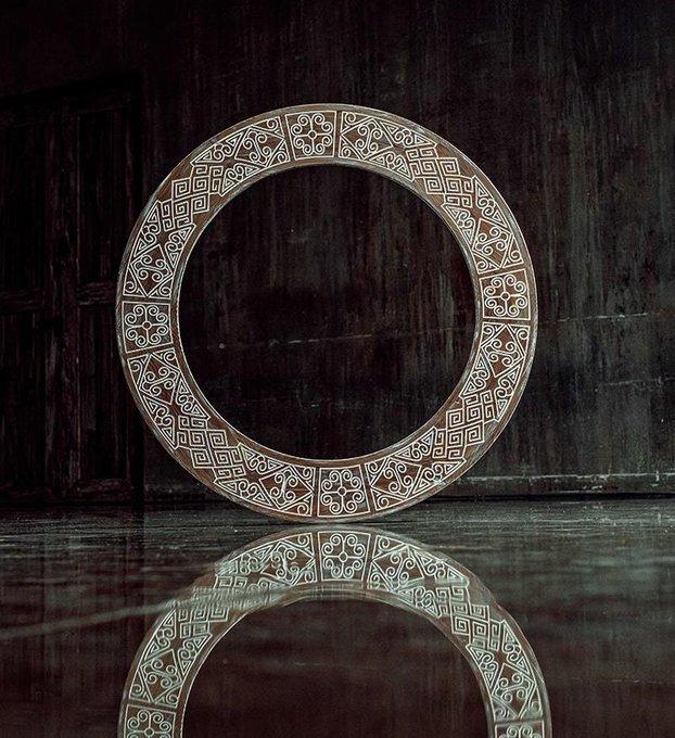 Настенное зеркало в раме Papua Circle Brown из массива сосны