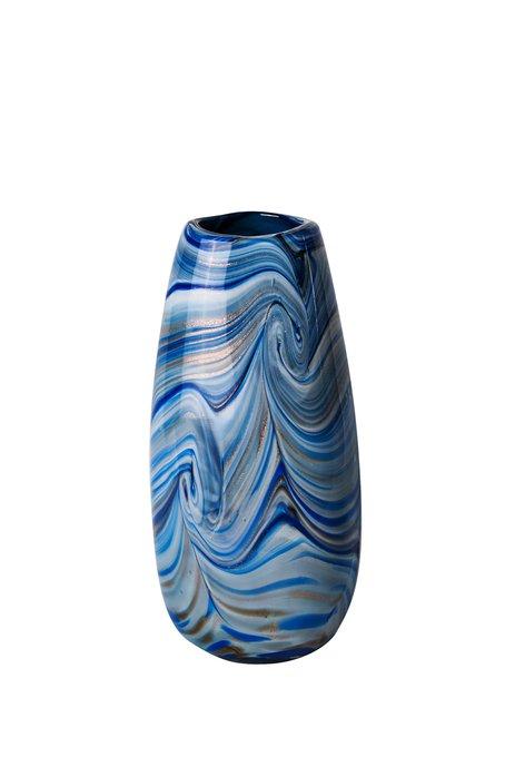 Стеклянная ваза синего цвета цвета