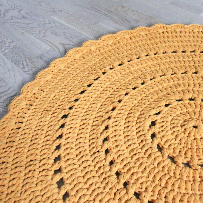 Вязаный коврик горчичного цвета