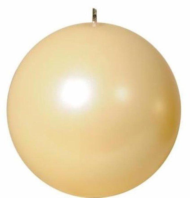 Свеча в форме шара кремового цвета