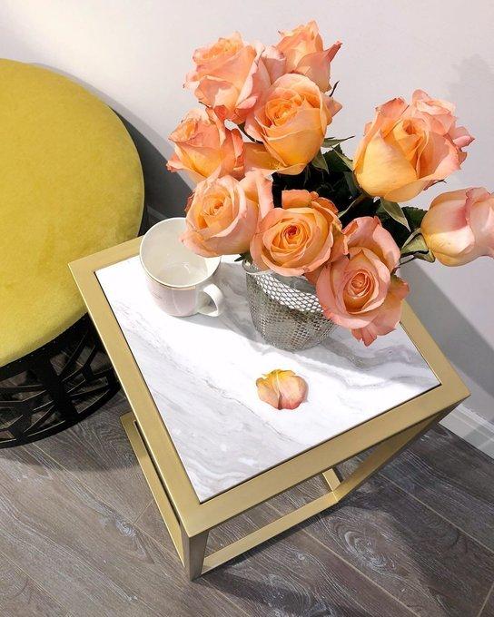 Прикроватный столик золотистого цвета со светлой столешницей