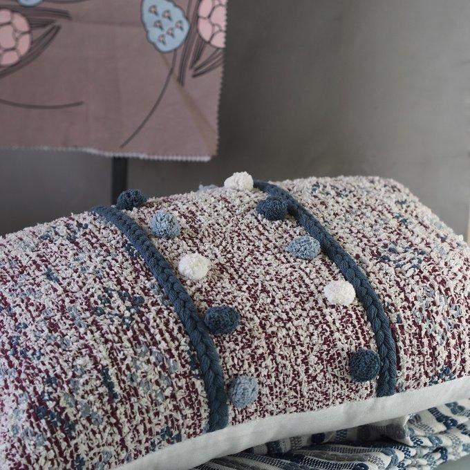 Подушка декоративная с помпонами и кисточками