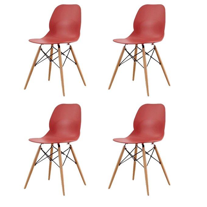 Набор из четырех стульев красного цвета на деревянных ножках