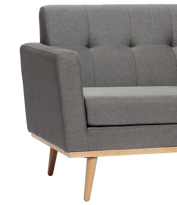 Двухместный диван темно-серого цвета