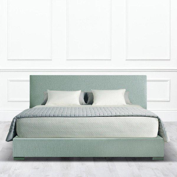 Кровать Carrollton из массива с обивкой зелено-серого цвета