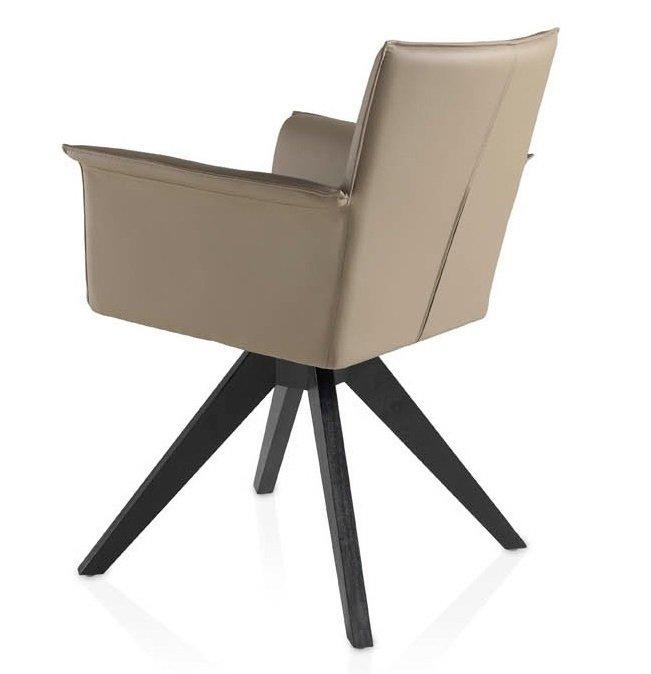 Поворотное кресло коричневого цвета