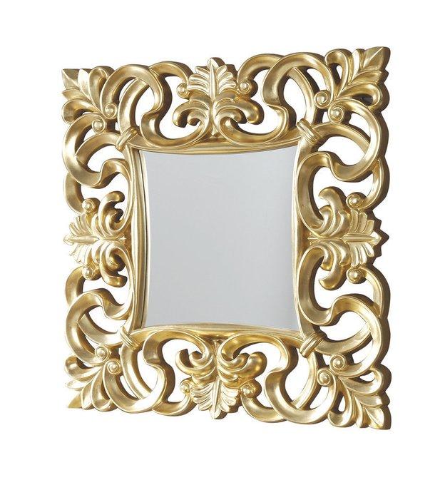 Настенное зеркало в резной раме золотого цвета
