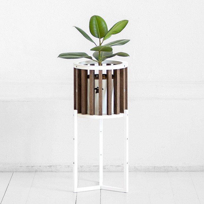 Кашпо Куг в коричневом цвете дуба с белым металлом
