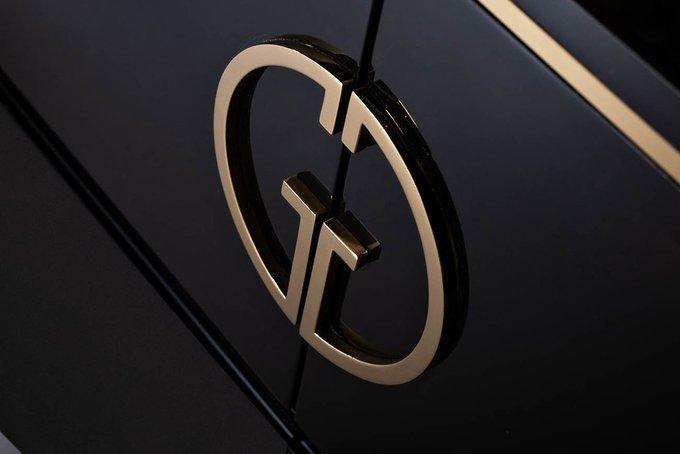 Консоль черного цвета с золотом