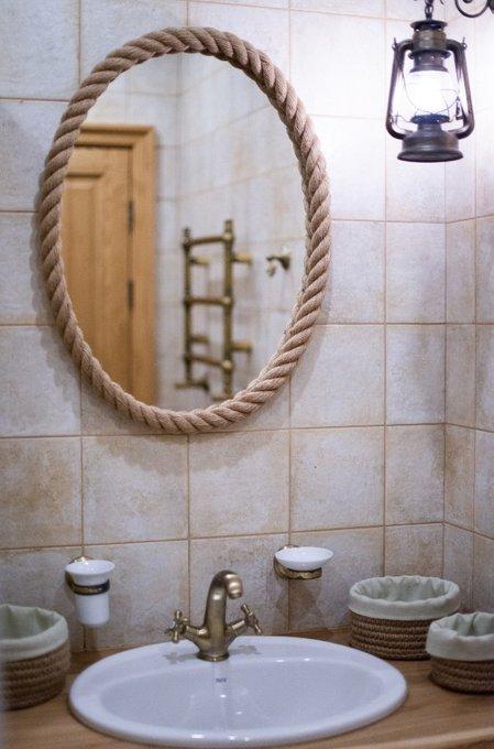 Настенное зеркало овальной формы в канате