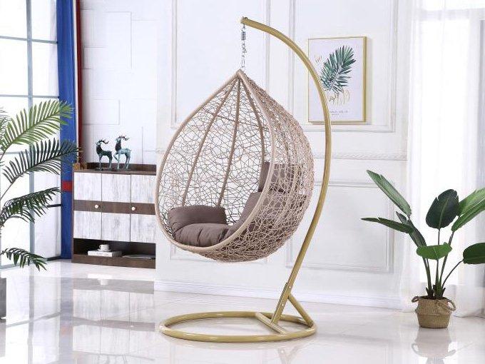 Кресло подвесное бежевого цвета