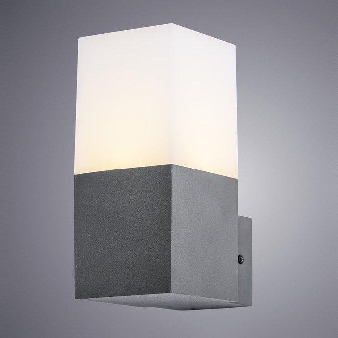 Уличный настенный светильник с белым плафоном
