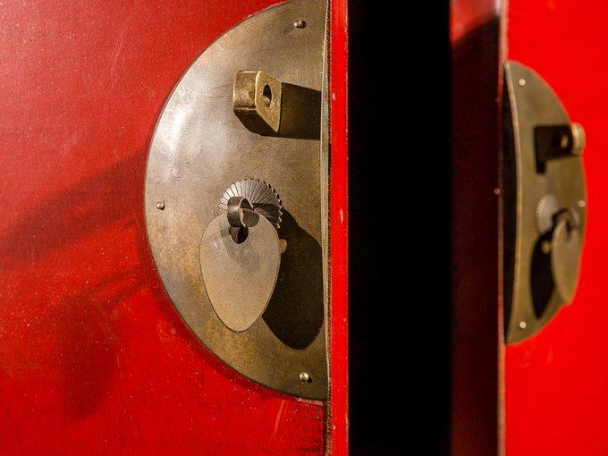 Традиционный шкаф Гуй красного цвета