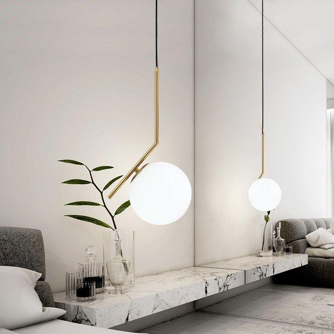 Подвесной светильник Ic 25 с основанием золотого цвета фото в помещении