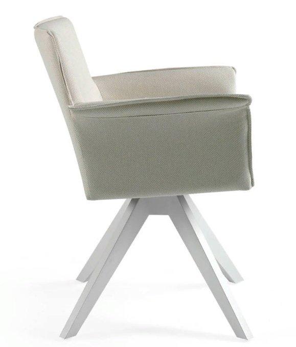 Кресло белого цвета