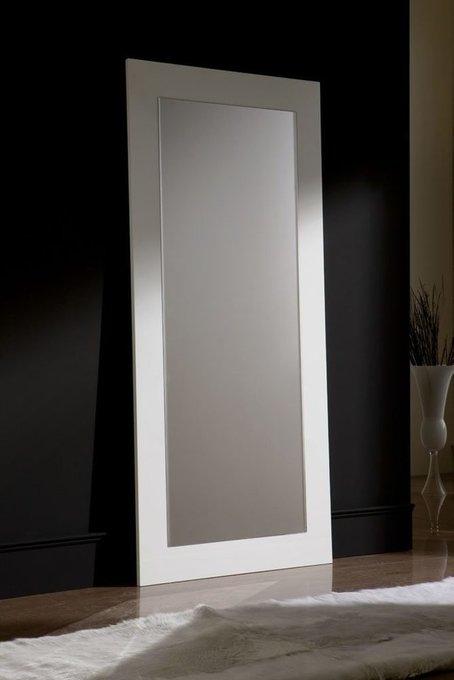 Напольное зеркало в раме белого цвета