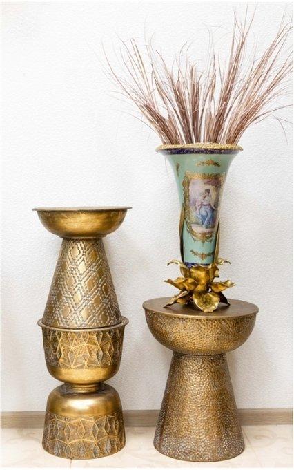 Журнальный столик с напылением золотого цвета