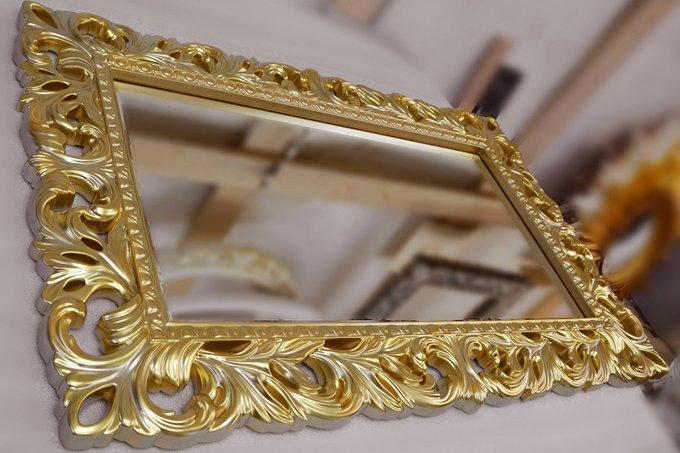 Настенное зеркало Италия в декоративной раме золотого цвета