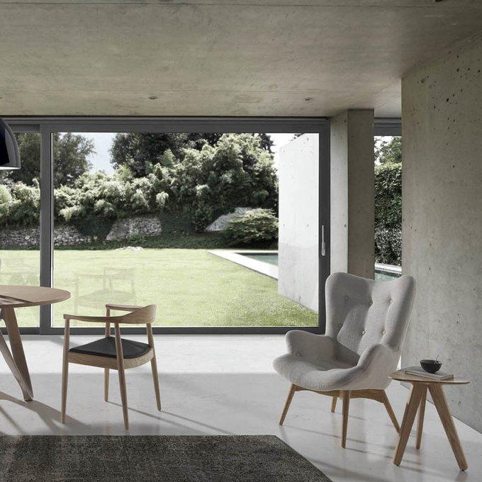 Кресло из дерева и ткани серого цвета