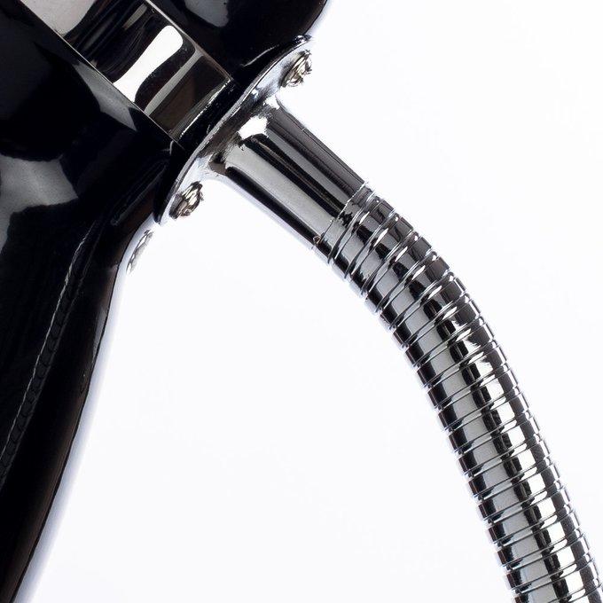 Настольная лампа черного цвета на металлическом основании
