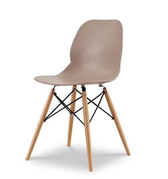 Набор из шести стульев коричневого цвета на деревянных ножках