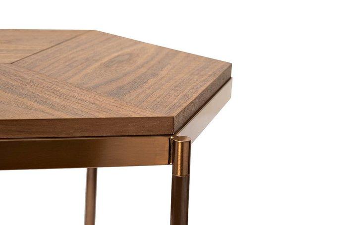 Журнальный стол коричневого цвета