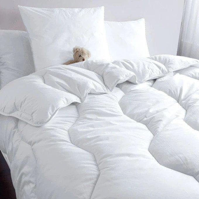 Одеяло белого цвета с наполнителем 200x200
