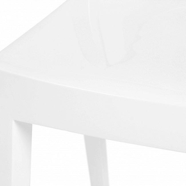 Стул из пластика белого цвета