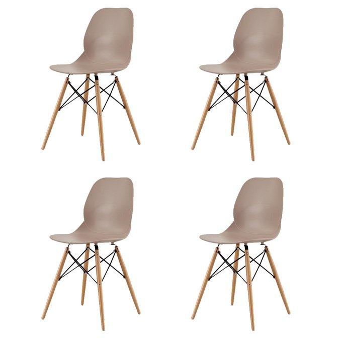 Набор из четырех стульев коричневого цвета на деревянных ножках