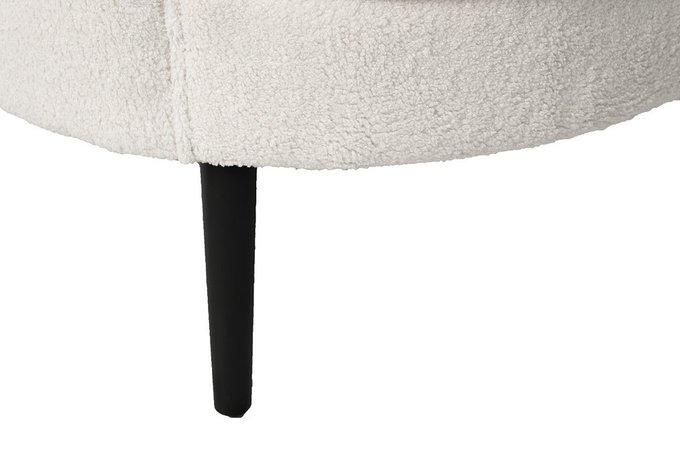 Кресло из искусственного меха белого цвета