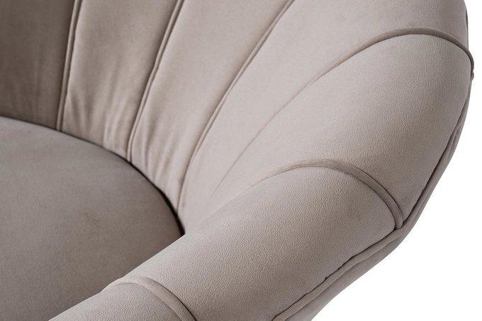 Кресло серо-бежевого цвета на металлических ножках