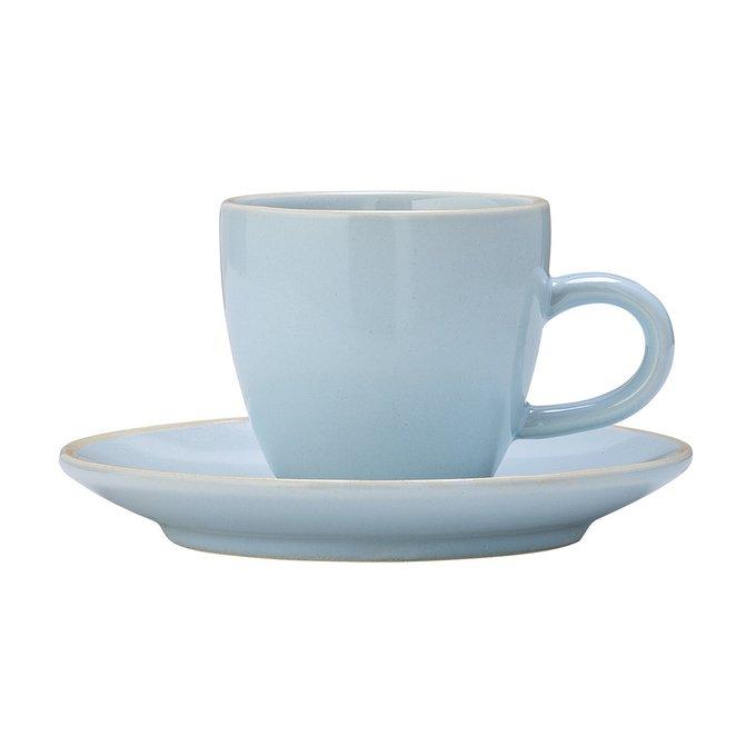 Голубая чашка с блюдцем голубого цвета