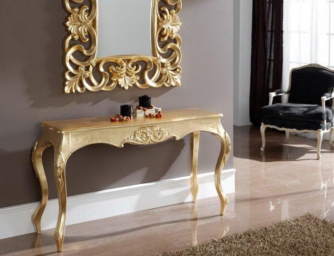 Консоль золотого цвета с фигурными ножками