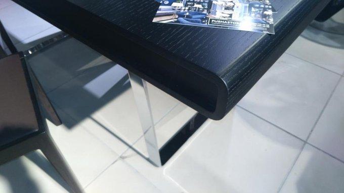 Обеденный стол черного цвета на металлических ножках