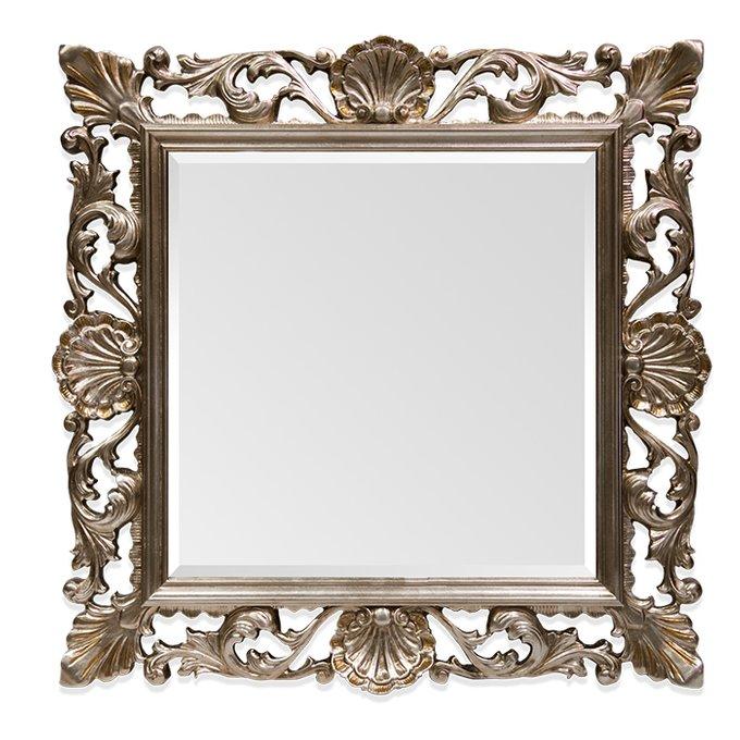 Настенное зеркало в деревянной раме