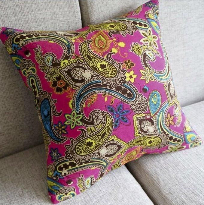 Многоцветный чехол для подушки.